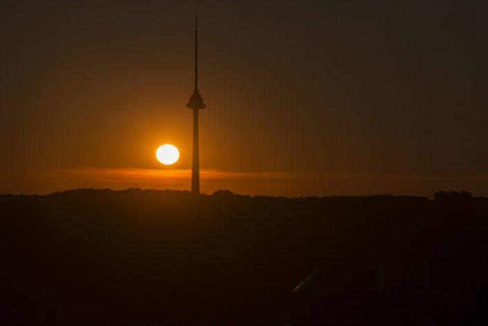 TV bokštas saulei leidžiantis