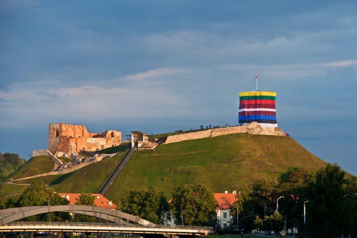 Gedimino bokštas apjuostas trijų Baltijos valstybių vėliavomis